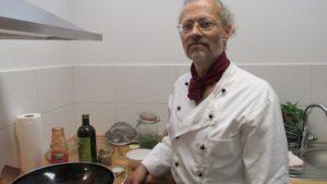 Heilpraktiker und Koch Bernhard Bühr beim Kochcoaching in der eigenen Lehrküche