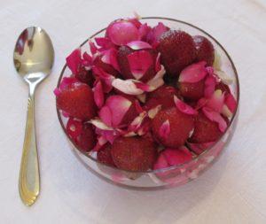 Salat von frischen Erdbeeren und Rosen mit Honig und einem Hauch Pfirsichlikör