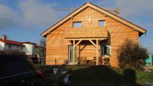 das neue Zuhause der Praxis für Hochsensible Menschen und Hochbegabte mit der markanten Holzfassade