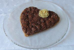 Mousse au Chocolat auf einem Mandelmürbteigherz mit Marzipanrose