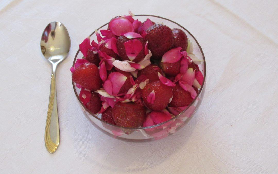 Erdbeer-Kombucha-Sorbet mit Rosenblüten